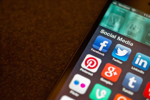 """Perfis falsos: o segredo da """"popularidade"""" da direita nas redes sociais"""