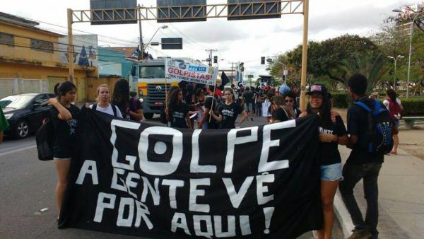 Manifestantes protestam em frente à sede da TV Gazeta, afiliada da Globo em Alagoas
