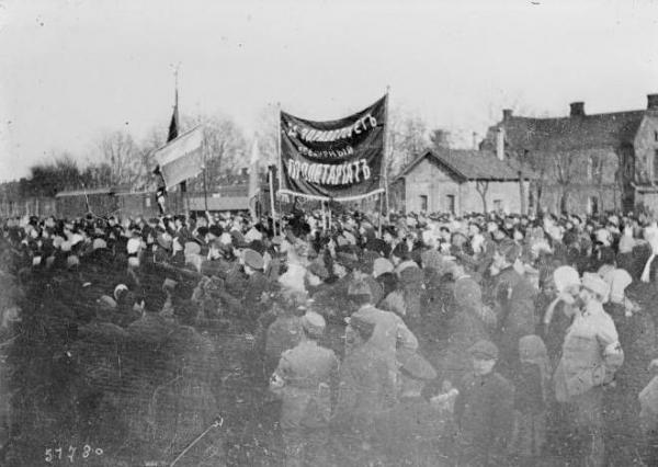 """""""Longa vida ao proletariado mundial"""", cartaz em manifestação operária durante a Revolução Socialista"""