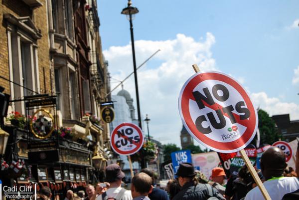 Manifestantes protestam em Londres contra cortes no sistema público de saúde
