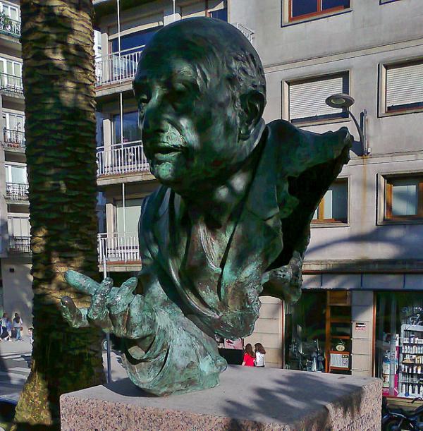 Estátua na capital galega a Ricardo Carvalho Calero, um dos referentes do reintegracionismo